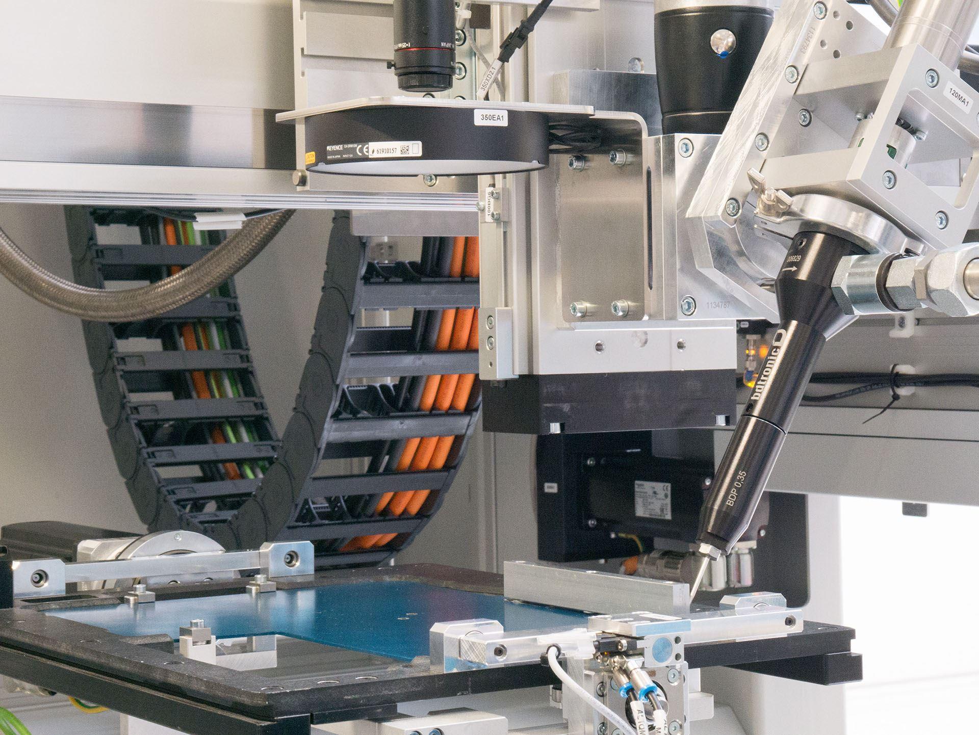 Vollautomatisches Dosieren auf Leiterplatte