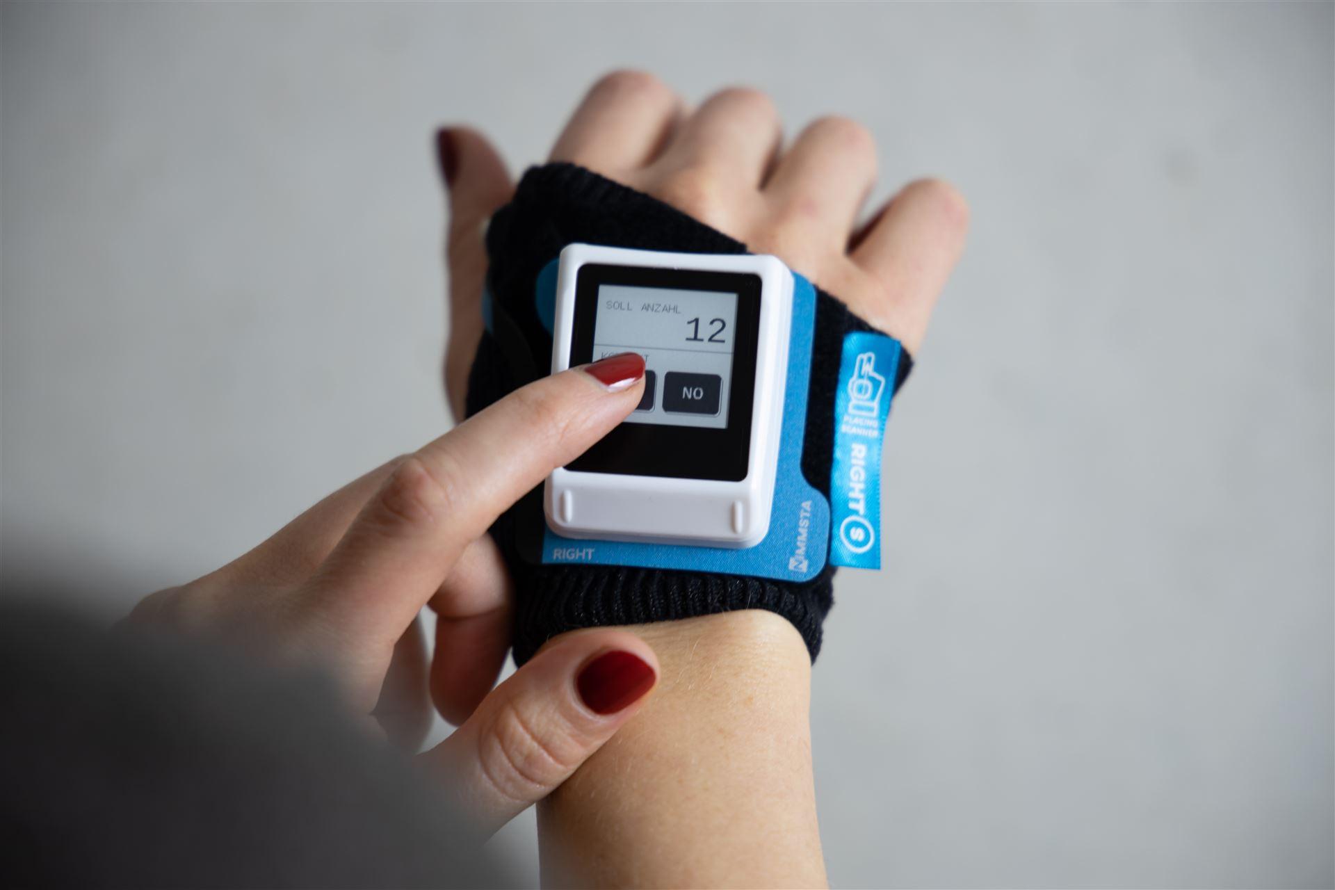 Bis zu 40% effizientere und ergonomischere Workflows: NIMMSTA Handrückenscanner mit Touch Display